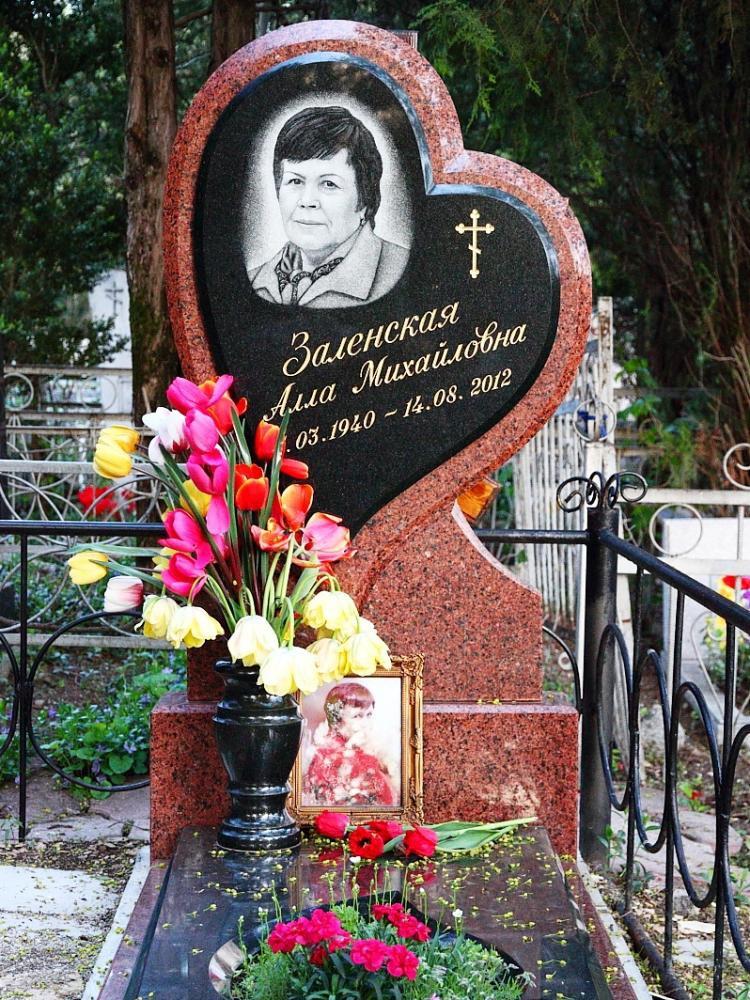 Надгробный памятник из гранита красного цвета фото