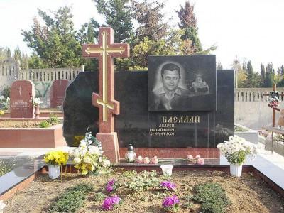 Черный гранитный памятник с красным крестом