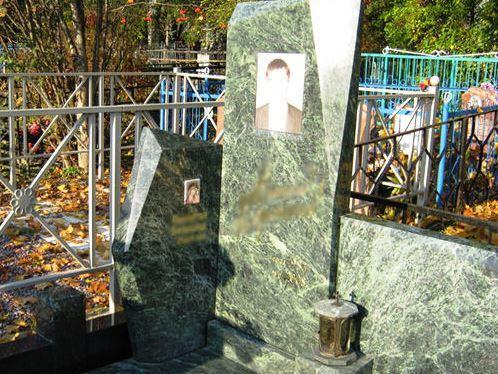 Зеленый надгробный памятник из гранита