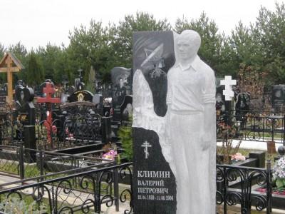 Гранитный памятник со скульптурой для ученого