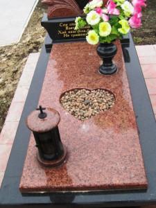 Цветник с красной гранитной плитой для надгробного памятника