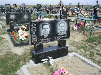 Прямоугольный памятник из Букинского гранита