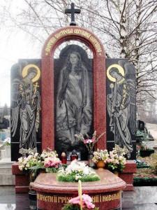 Элитный гранитный памятник красного цвета для молодой девушки