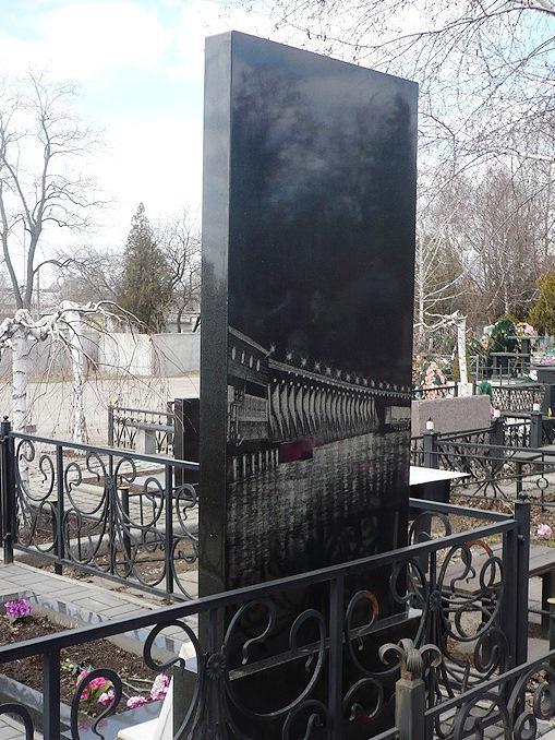 Обратная сторона памятника с гравировкой