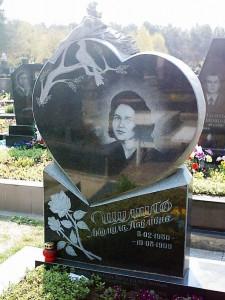 Гранитная стелла в виде сердца для памятника
