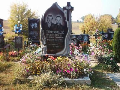 Двойной резной памятник из черного гранита фото