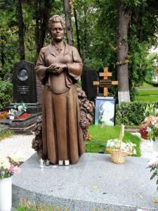 Эксклюзивный памятник на могилу со скульптурой женщины