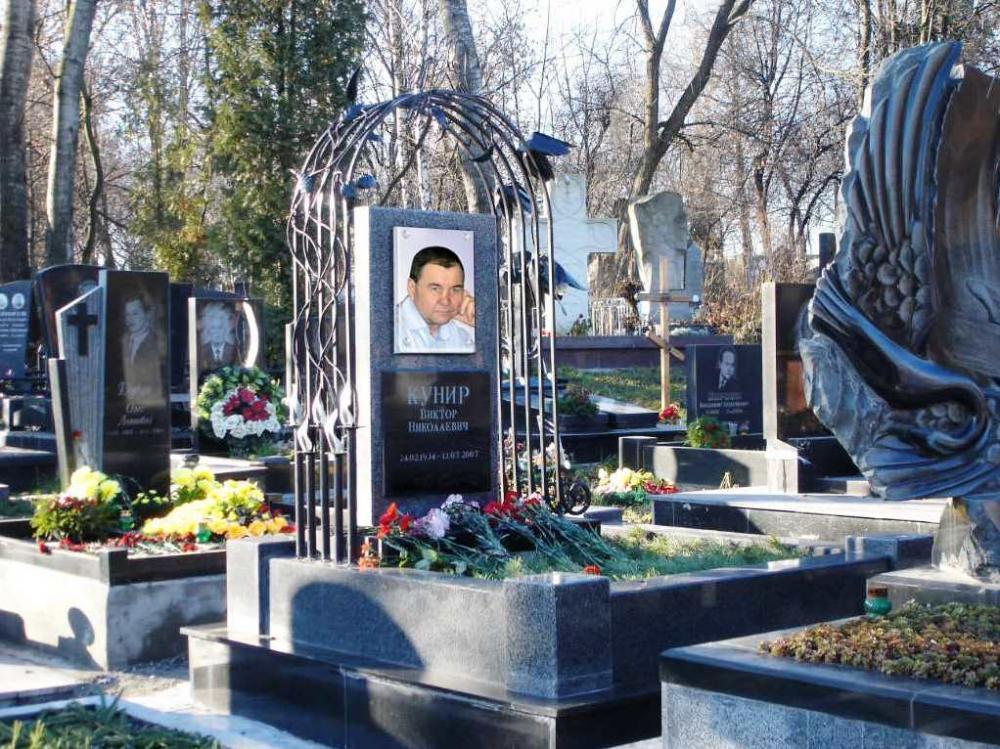 Памятник с портретом на стекле и ковкой