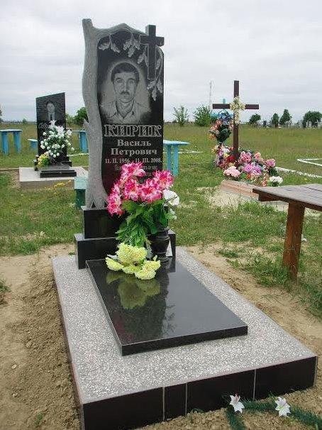 Резной памятник черного цвета с дубом на могилу мужчины