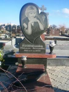 Памятник в виде сердца на могилу девушки