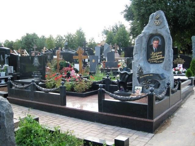 Мемориальный комплекс со стеллой из обапола