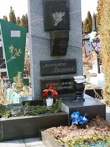 Прямоугольный памятник с вазой для мальчика