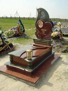 Красно черный гранитный памятник с высоким цветником