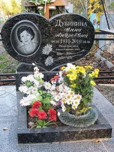 Черный резной памятник с сердцем для женщины