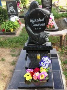 Детский черный памятник с полузакрытым цветником