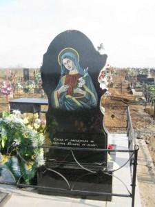 Гравировка Божьей Матери на обратной стороне памятника