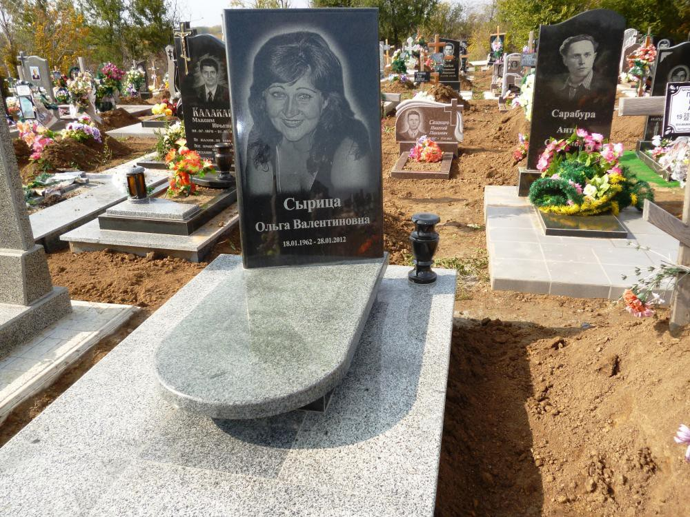 Женский памятник из черного гранита