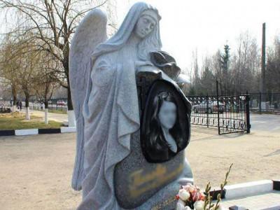 Надгробие с резным ангелом для молодой девушки