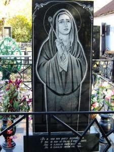 Прямоугольный памятник из гранита с гравировкой Божьей Матери