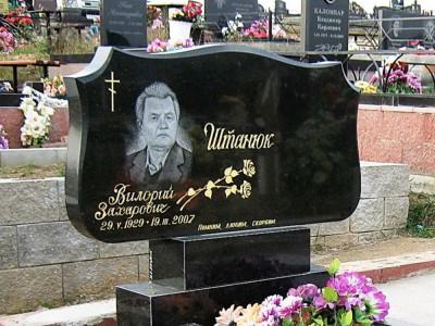Горизонтальный надгробный памятник с гравировкой роз