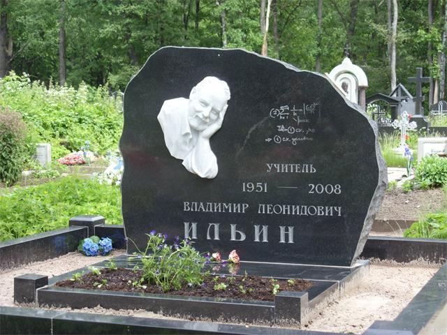Памятник из гранита для ученого