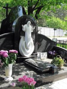 Гранитный мемориальный комплекс со скульптурой Иисуса Христа