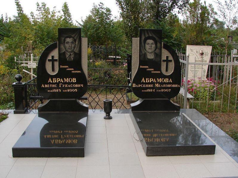 Семейные памятники с закрытыми цветниками