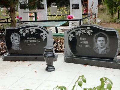 Женский надгробный памятник с веткой дуба