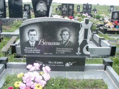 Памятник с горизонтальной стеллой для супругов