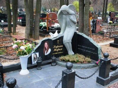 Черный женский гранитный памятник со скульптурой ангела
