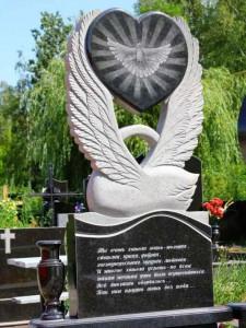 Резной гранитный памятник с лебедем на могилу