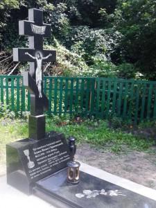 Гранитный памятник с Иисусом Христом на стеле