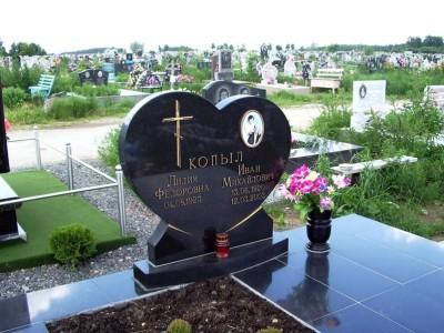Памятник в виде сердца из черного гранита