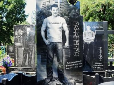 Гранитный памятник черного цвета для юноши