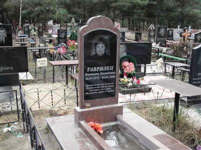 Вертикальный женский памятник с открытым цветником