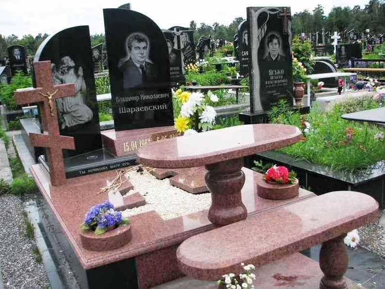 Элитный надгробный памятник с гранитным столом и лавочкой