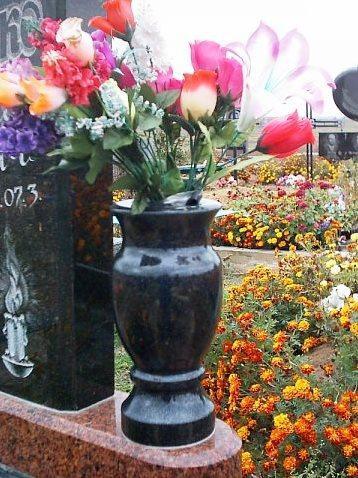 Недорогая гранитная ваза для памятника фото