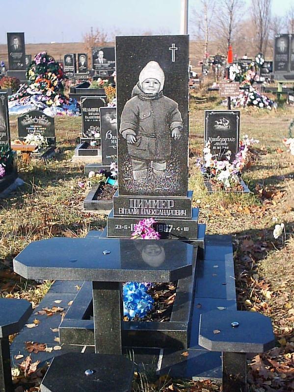 Прямоугольный памятник на могилу мальчика