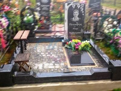 Резной гранитный памятник с березой на могилу
