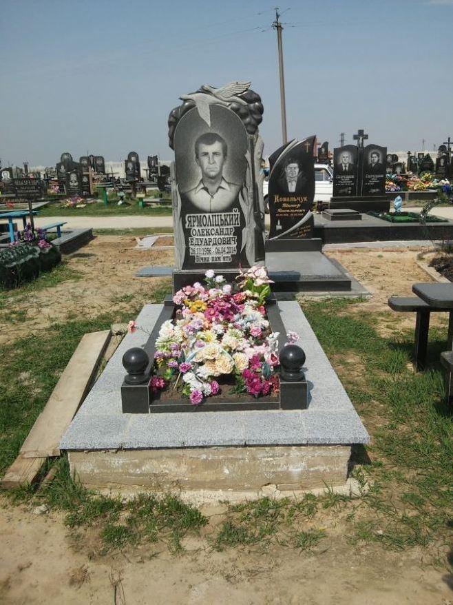 Одинарный гранитный памятник с открытым цветником