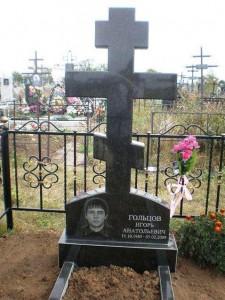 Мужской памятник в виде креста из гранита