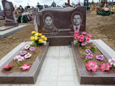 Памятники из красного гранита с открытыми цветниками