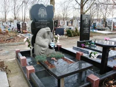 Гранитный надгробный памятник с гранитной лавочкой