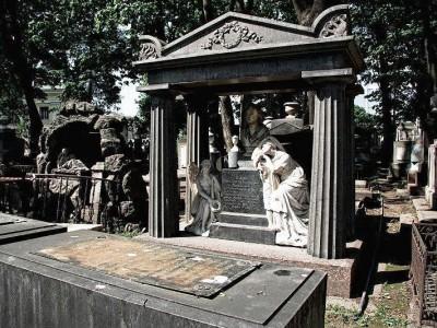 Черный мемориальный комплекс с бюстом и скульптурами