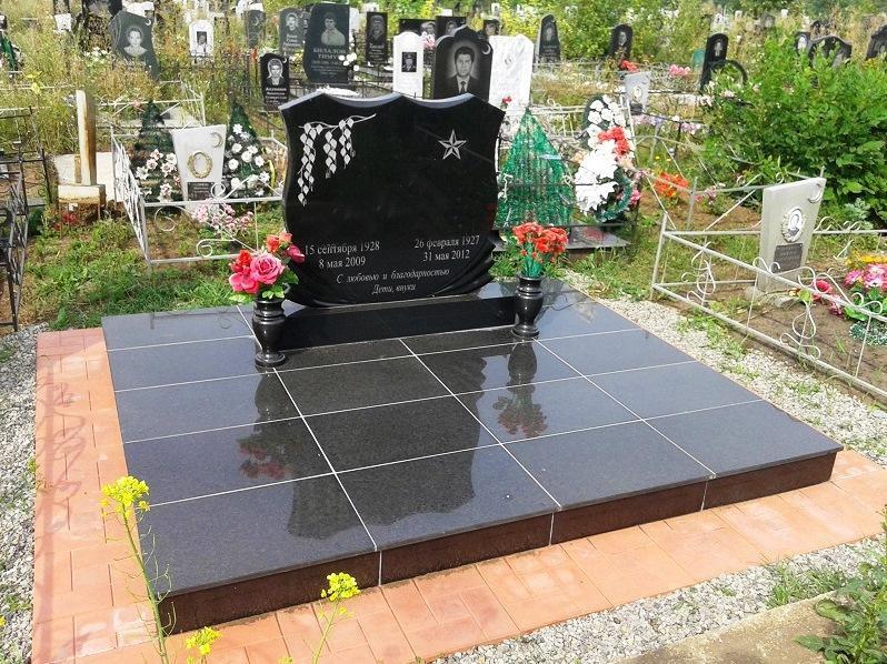 Черный надгробный памятник без фотографии
