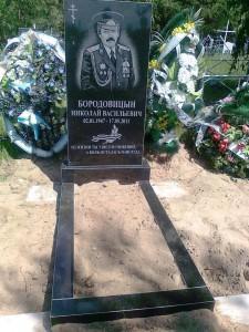 Прямоугольный памятник на могиле военного