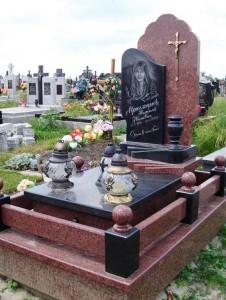 Элитный памятник из красного и черного гранита для девушки фото