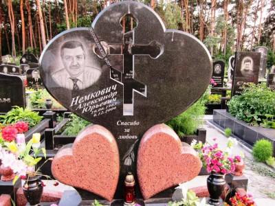 Мужской гранитный памятник с резным крестом в центре