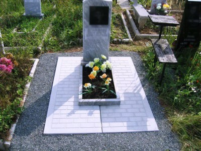 Одинарный памятник серого цвета недорогой