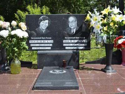 Семейный памятник из черного гранита для двоих